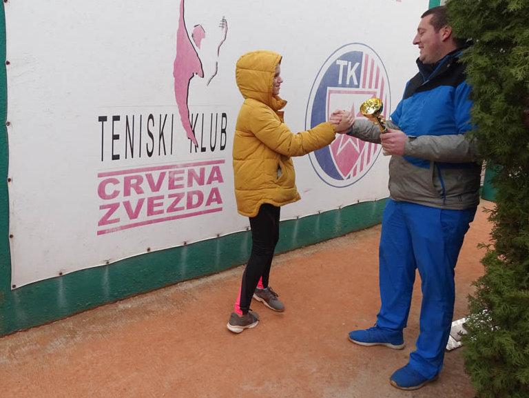 Jana Premović, teniski klub Dril,prima pobednički trofej od sudije Veljka Vasića